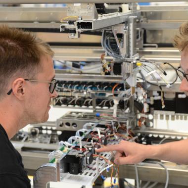 Mehr als 200 Ingenieure der verschiedensten Fachrichtungen entwickeln bei EUROIMMUN Laborautomaten, Liquid-Handling-Systeme sowie Maschinen für die hauseigene Produktion und Fertigung.