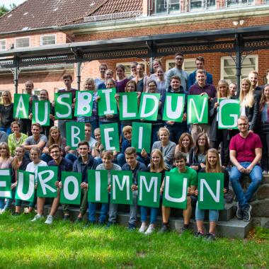 In 10 Ausbildungsberufen und 3 dualen Studiengängen starten jährlich über 30 Nachwuchstalente in ihre berufliche Zukunft bei EUROIMMUN.