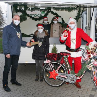 Mit dem Adventsrad hat Weihnachtsmann Michael köstlich duftende, handverzierte Lebkuchenherzen zu den Klient*innen und Mitarbeiter*innen gebracht!
