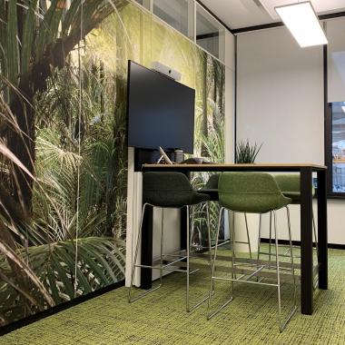 Dialogplatz | Ein Arbeitsplatz für Teammeetings mit modernem Konferenzsystem in grüner Oasen-Atmosphäre.