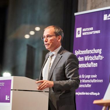 Dezember 2020: Verleihung des Deutschen Wirtschaftspreis der Joachim Herz Stiftung an IAB-Direktor Prof. Bernd Fitzenberger, PhD.