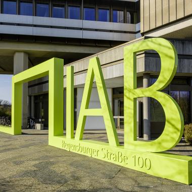 Eingangsportal des IAB-Hauptgebäudes in der Regensburger Straße in Nürnberg.