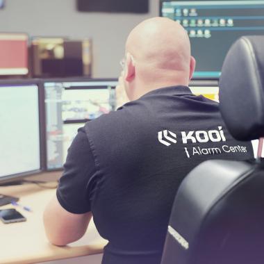 Ein Mitarbeiter im KOOI Alarm Center.