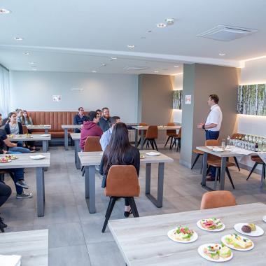 Meet & Greet mit der Geschäftsführung: Das Onboarding-Frühstück ist ein fester Bestandteil, um neue Mitarbeiter/innen willkommen zu heißen.
