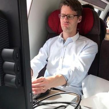 Wenn nötig gehen wir auch ungewöhnliche Wege, hier ein grosser Monitor im Zug... ;-)