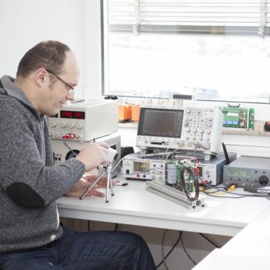Filmreif das Verhalten von Elektronen unter Laborbedingungen.