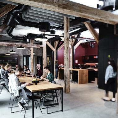 Freizeitbereich, Free Food & Drinks: Im Bistro treffen wir uns zum Frühstück, Mittagessen und zum schnellen Kaffee zwischendurch.