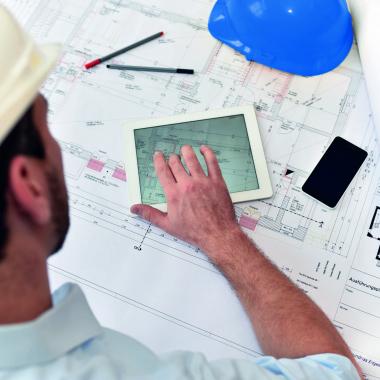 Von der Standortsuche über die Einholung der Baugenehmigung, die Erschließung bis hin zur schlüsselfertigen Realisierung realisiert unsere Projektentwicklung Handels- Sozial- und Gewerbeimmobilien.