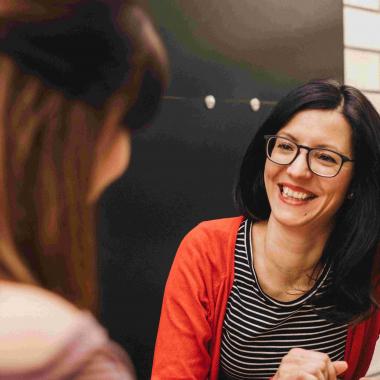 Unsere HR-Managerin Nicole beim lockeren Gespräch mit unseren Bewerber:innen