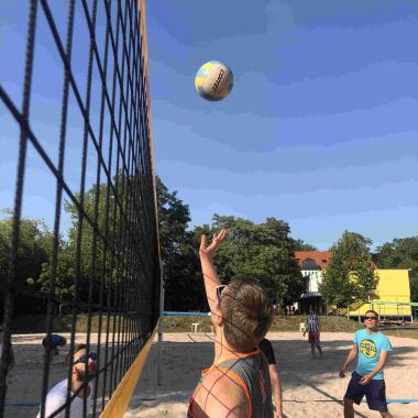 Team-Event Volleyballspielen und Grillen