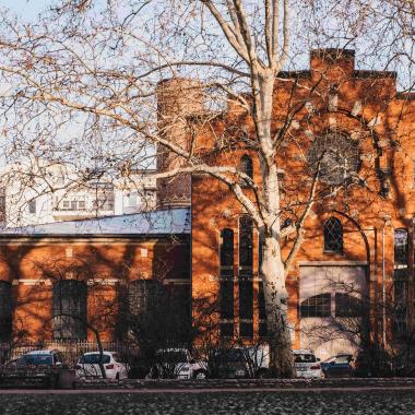 Unser Büro liegt am Floßplatz in einem denkmalgeschützten, ehemaligen Elektrizitätswerk.