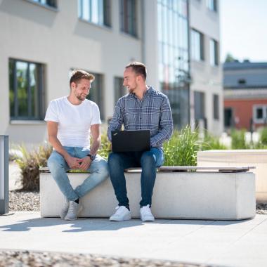 Moderner Campus mit Sitzgelegenheiten im Outdoor-Bereich