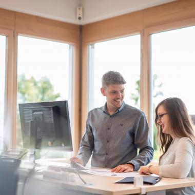 Höhenverstellbare Schreibtische an jedem Arbeitsplatz