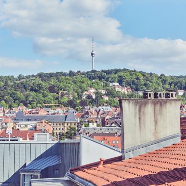 Blick von der Dachterrasse auf den Stuttgarter Fernsehturm