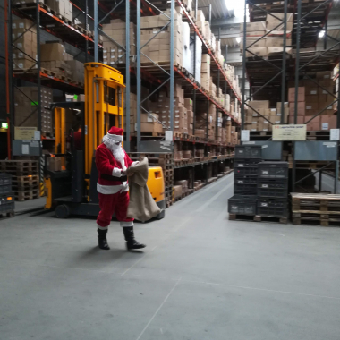 Wer ist denn da in unserer Logistik? #christmastime #amscan #happypeople #greatcolleagues #santaclaus #logistics
