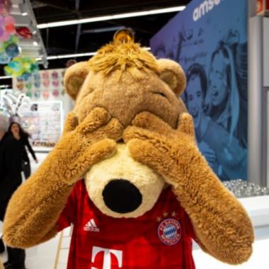 Das FC Bayern München Maskottchen war ein Amscan Mitarbeiter für einen Tag auf der Spielwarenmesse in Nürnberg #fcbayern #fußball #messe #spielwarenmesse #nürnberg #amscaneurope