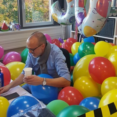 Runde Geburtstage werden bei uns besonders gefeiert! Die Kollegen/innen haben sich hier was ganz besonderes einfallen lassen :-) #workplace #birthday #colleague