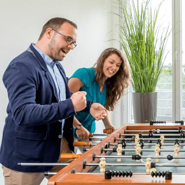 CCP Software GmbH   Mitarbeiter im Sozialraum beim Kickern