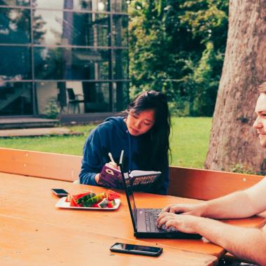 Meetings, Pausen oder einfach mal Nachdenken im Grünen? Das geht bei Amscan. Unser Standort ist außerhalb der Stadt und liegt im Grünen mit eigenem Gartenbereich.