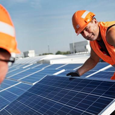 Verlegung einer Photovoltaikanlage auf einem ICE-Werk