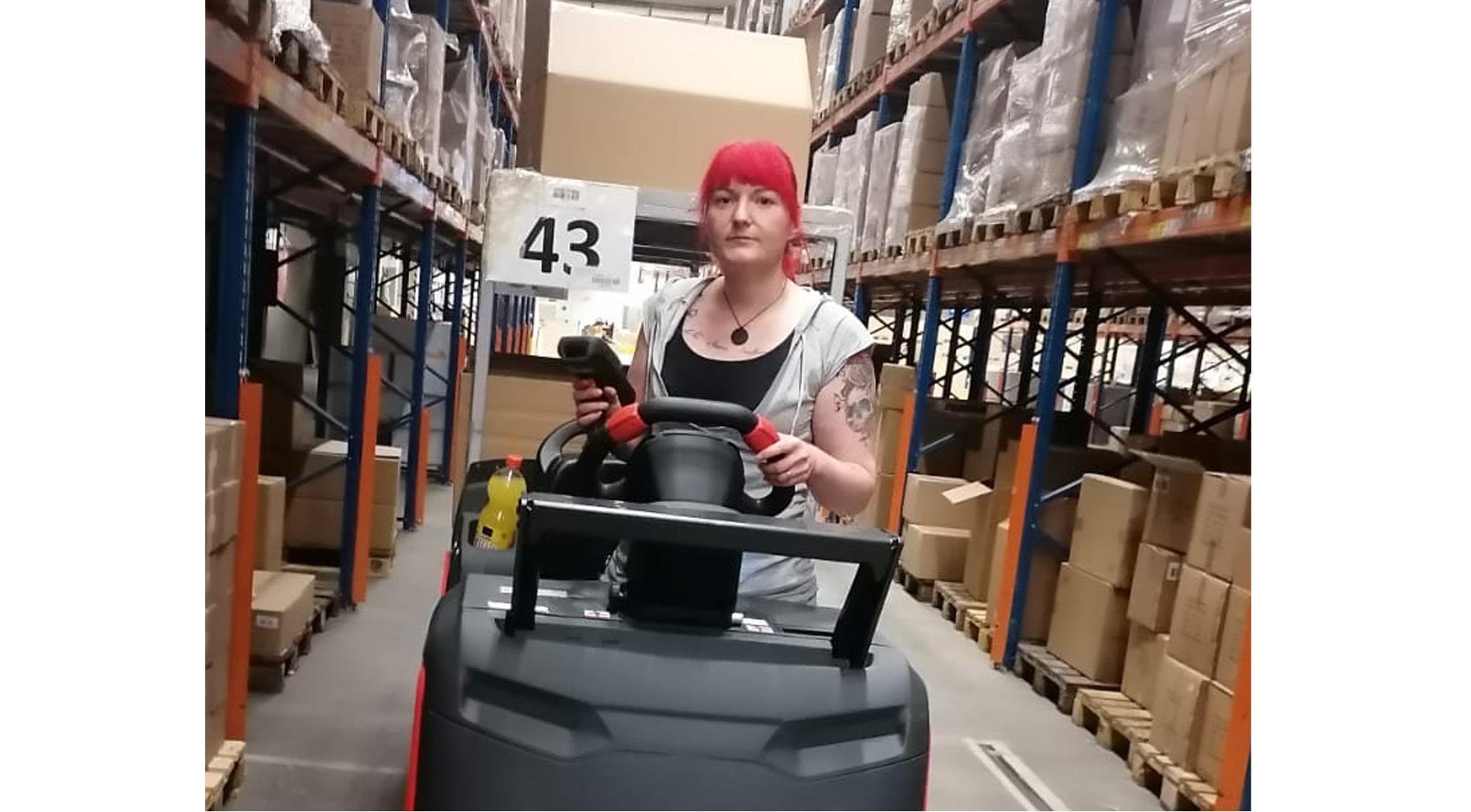Mitarbeiterin in der Logistik