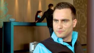 Rene erzählt von seinem Job bei Motel One. Als Student hat er die Chance wahrgenommen in ...