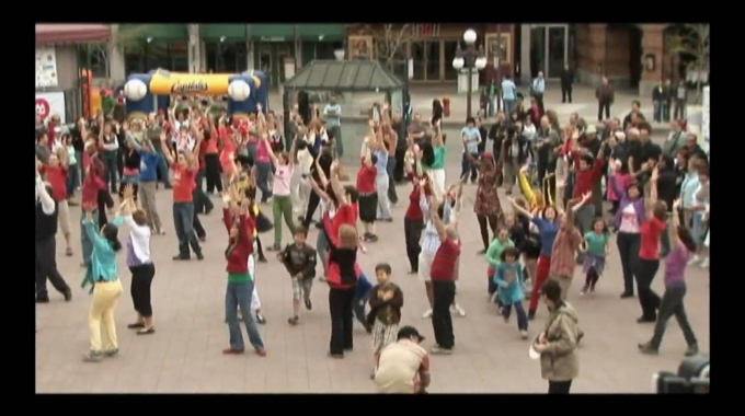 Dieser Flashmob entstand mit mehr als 100 CGI Membern im Rahmen einer Wohltä...