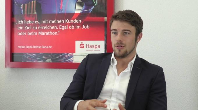 Julian Leist ist Vermögensberater und erzählt über seinen Werdegang bei der Haspa.
