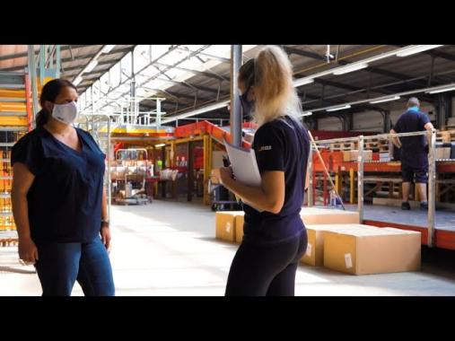 Marita, Customer Service Supervisorin, führt uns durch das GLS Depot in Erding